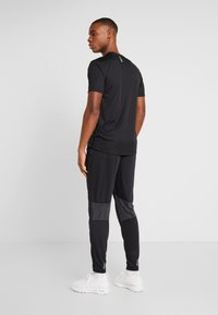 Under Armour - STREAKER SHIFT PANT - Verryttelyhousut - black - 2