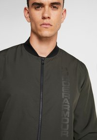 Under Armour - UNSTOPPABLE ESSENTIAL BOMBER - Giacca sportiva - baroque green/baroque green - 3