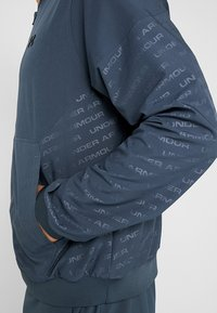 Under Armour - UNSTOPPABLE EMBOSS BOMBER - Training jacket - wire/black - 5