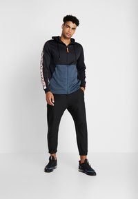 Under Armour - UNSTOPPABLE TRACK JACKET - Treningsjakke - black/wire - 1