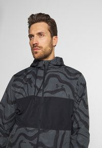 Under Armour - SPORTSTYLE WIND PRINTED HOODED JACKET - Trainingsvest - pitch grey/black - 3