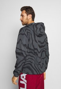 Under Armour - SPORTSTYLE WIND PRINTED HOODED JACKET - Trainingsvest - pitch grey/black - 2
