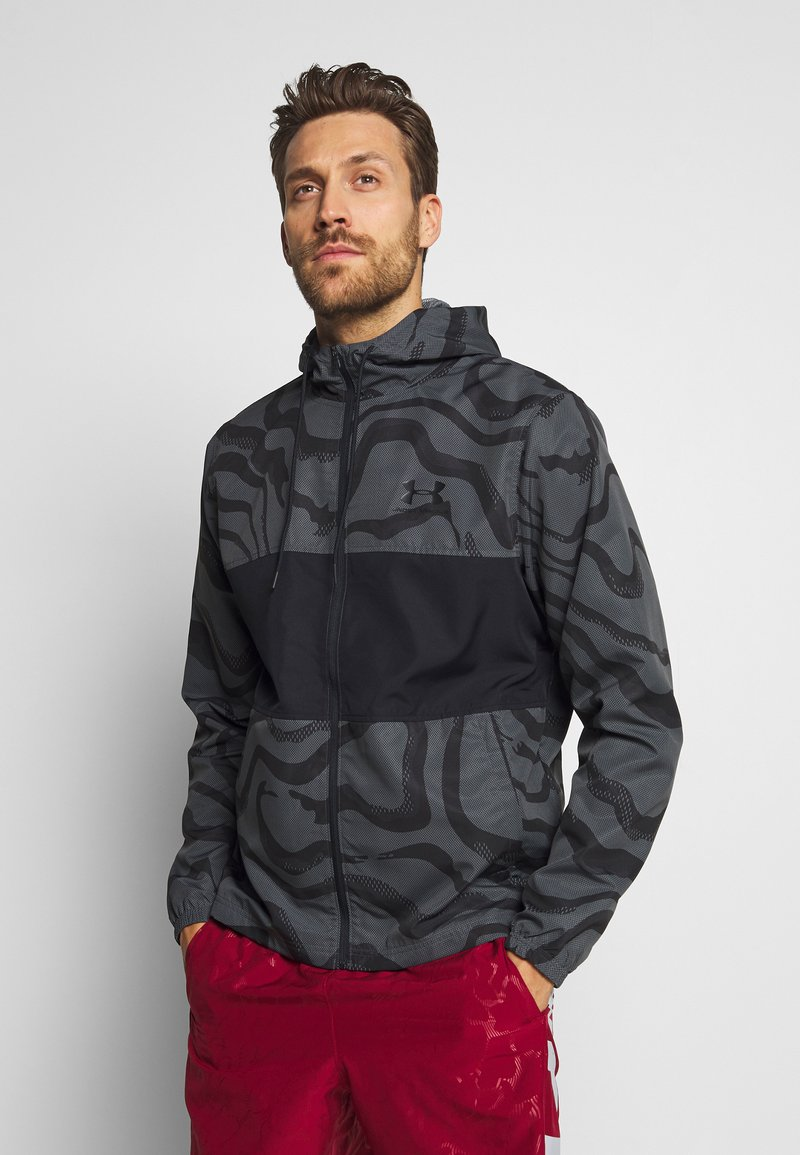 Under Armour - SPORTSTYLE WIND PRINTED HOODED JACKET - Trainingsvest - pitch grey/black