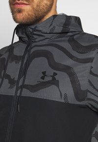 Under Armour - SPORTSTYLE WIND PRINTED HOODED JACKET - Trainingsvest - pitch grey/black - 6