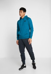 Under Armour - RIVAL HOODY - Mikina s kapucí - teal vibe/black - 1