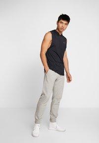 Under Armour - HOODIE - Camiseta de deporte - black/pitch gray - 1