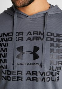 Under Armour - SPORTSTYLE HOODIE - Funkční triko - pitch gray/black - 5