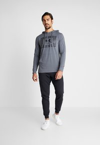 Under Armour - SPORTSTYLE HOODIE - Funkční triko - pitch gray/black - 1