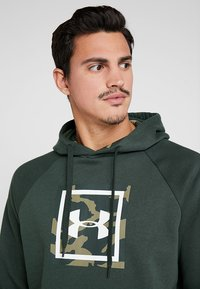 Under Armour - RIVAL PRINTED HOODIE - Hættetrøjer - baroque green - 3