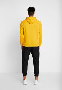 Under Armour - RIVAL SPORTSTYLE LOGO HOODIE - Hættetrøjer - golden yellow/white - 2