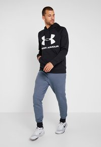 Under Armour - RIVAL SPORTSTYLE LOGO HOODIE - Hoodie - black/white - 1