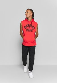 Under Armour - PROJECT ROCK HOODIE - Mikina skapucí - versa red/black - 1