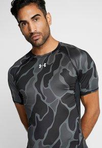 Under Armour - Camiseta estampada - black/halo gray - 4