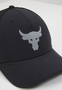 Under Armour - PROJECT ROCK TRUCKER - Lippalakki - black/pitch gray - 2