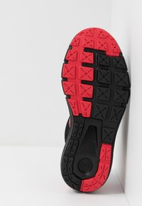 Under Armour - CHARGED ROGUE  - Scarpe running neutre - black/versa red - 5