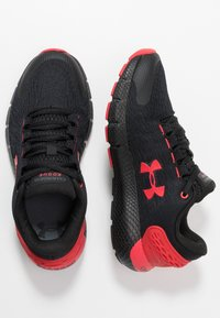 Under Armour - CHARGED ROGUE  - Scarpe running neutre - black/versa red - 0