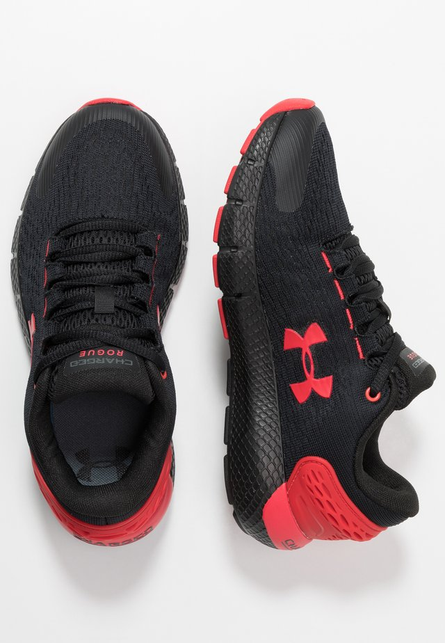 CHARGED ROGUE 2 - Zapatillas de running neutras - black/versa red