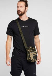 Under Armour - CROSSBODY - Torba na ramię - outpost green/guardian green/black - 1
