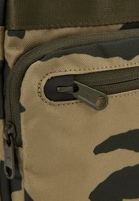 Under Armour - CROSSBODY - Torba na ramię - outpost green/guardian green/black - 7