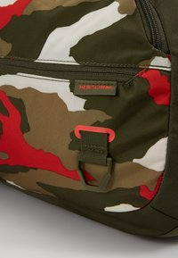 Under Armour - UNDENIABLE DUFFEL 4.0 SM - Sportovní taška - summit white/guardian green/martian red - 7