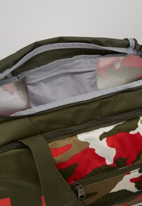 Under Armour - UNDENIABLE DUFFEL 4.0 SM - Sportovní taška - summit white/guardian green/martian red - 4