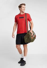 Under Armour - UNDENIABLE DUFFEL 4.0 SM - Sportovní taška - summit white/guardian green/martian red - 5