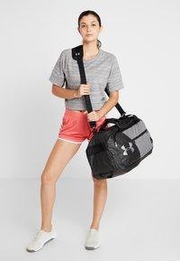 Under Armour - UNDENIABLE DUFFEL 4.0 - Sportovní taška - graphite medium heather/black - 5