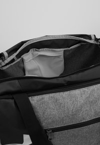 Under Armour - UNDENIABLE DUFFEL 4.0 - Sportovní taška - graphite medium heather/black - 4
