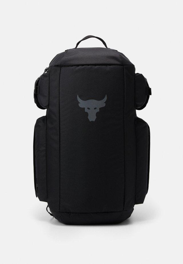 PROJECT ROCK DUFFLE - Sportovní taška - black