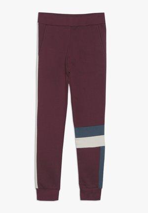 JUSTIN - Teplákové kalhoty - burgundy