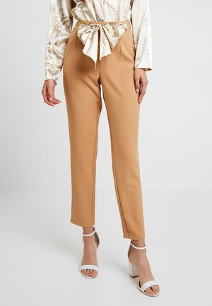 TROUSERS WITH SCARF PRINT BELT - Bukser - camel