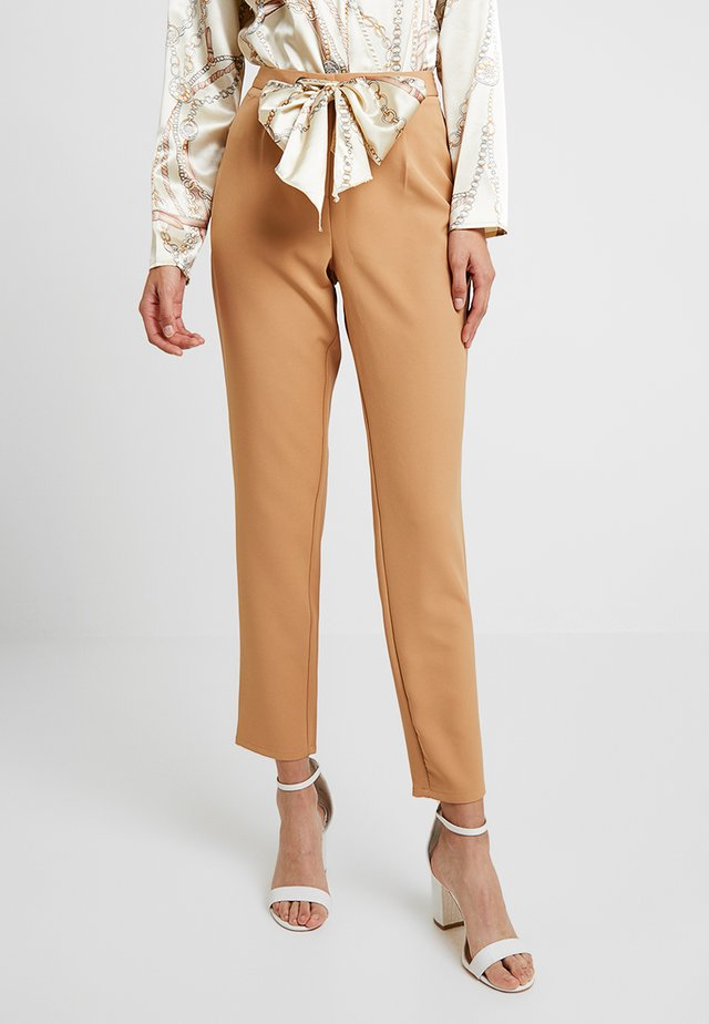 TROUSERS WITH SCARF PRINT BELT - Trousers - camel