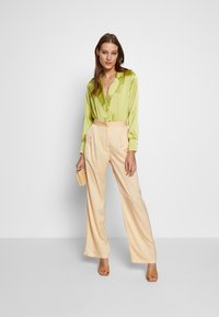 UNIQUE 21 - WIDE LEG TROUSER - Pantalones - champagne - 1
