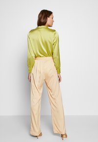 UNIQUE 21 - WIDE LEG TROUSER - Pantalones - champagne - 2