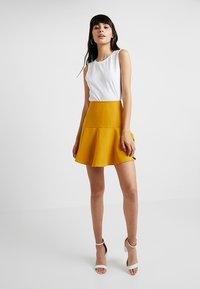 UNIQUE 21 - FRILL HEM  - Minisukně - yellow - 1