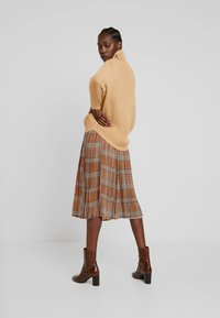 UNIQUE 21 - PLEATED SKIRT IN CHECK PRINT - Jupe trapèze - mustard - 2