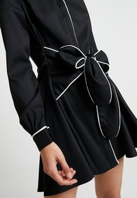 UNIQUE 21 - DRESS WITH CONTRAST BINDING AND BOW TIE WAIST - Robe chemise - black - 6