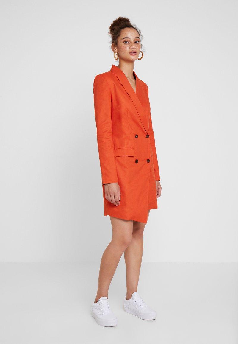 UNIQUE 21 - ASYMMETRIC DOUBLE BREASTED BLAZER DRESS - Vestido camisero - orange