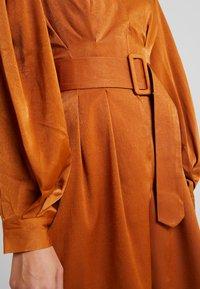 UNIQUE 21 - LUXE BELTED WRAP DRESS - Košilové šaty - camel - 5
