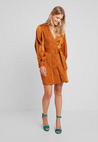 UNIQUE 21 - LUXE BELTED WRAP DRESS - Košilové šaty - camel - 1