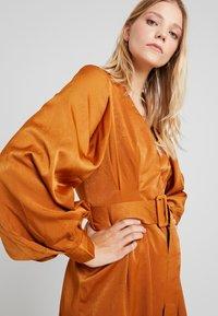 UNIQUE 21 - LUXE BELTED WRAP DRESS - Košilové šaty - camel - 3