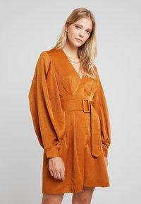 UNIQUE 21 - LUXE BELTED WRAP DRESS - Skjortekjole - camel - 0