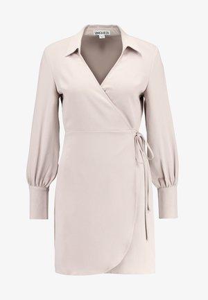 TAILORED WRAP DRESS - Robe d'été - stone