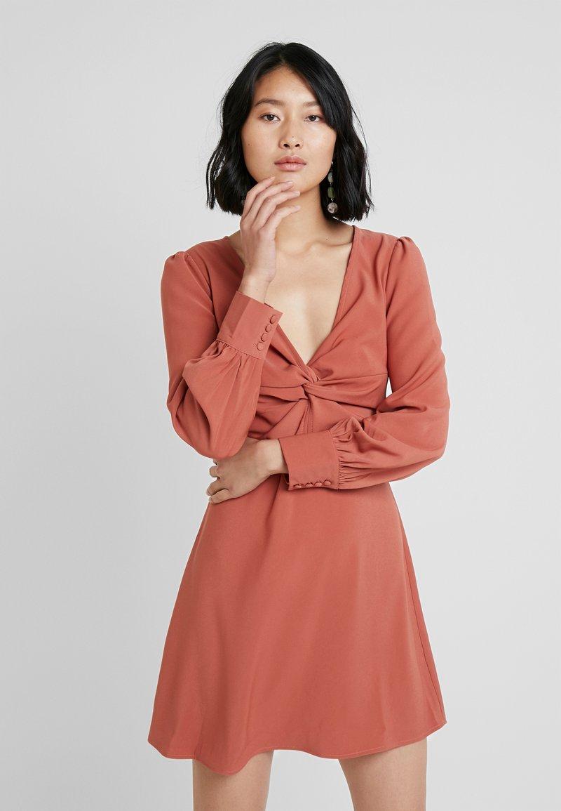 UNIQUE 21 - TWIST FRONT PLUNGE MINI DRESS - Denní šaty - rust