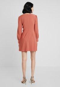 UNIQUE 21 - TWIST FRONT PLUNGE MINI DRESS - Denní šaty - rust - 3