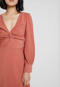 UNIQUE 21 - TWIST FRONT PLUNGE MINI DRESS - Denní šaty - rust - 6