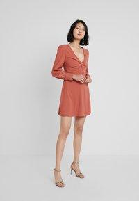 UNIQUE 21 - TWIST FRONT PLUNGE MINI DRESS - Denní šaty - rust - 2