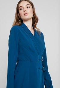 UNIQUE 21 - BELTED BLAZER DRESS - Denní šaty - blue - 4