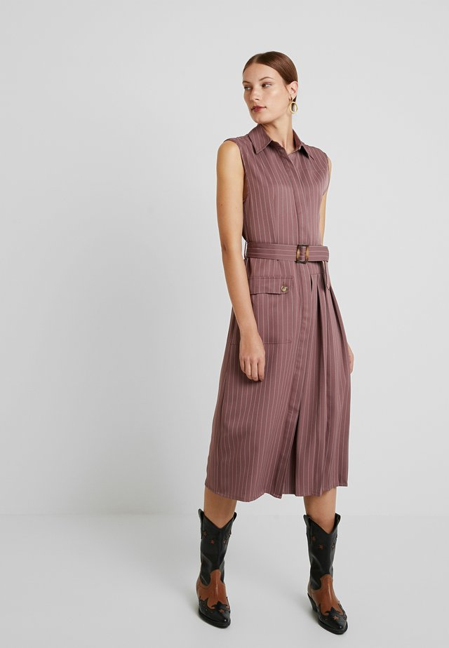 TAILORED SLEEVELESS DRESS WITH PLEATED AND POCKET DETAILS - Shirt dress - plum