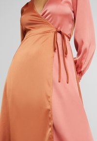 UNIQUE 21 - WRAP DRESS IN CONTRAST - Korte jurk - rust/blush - 6